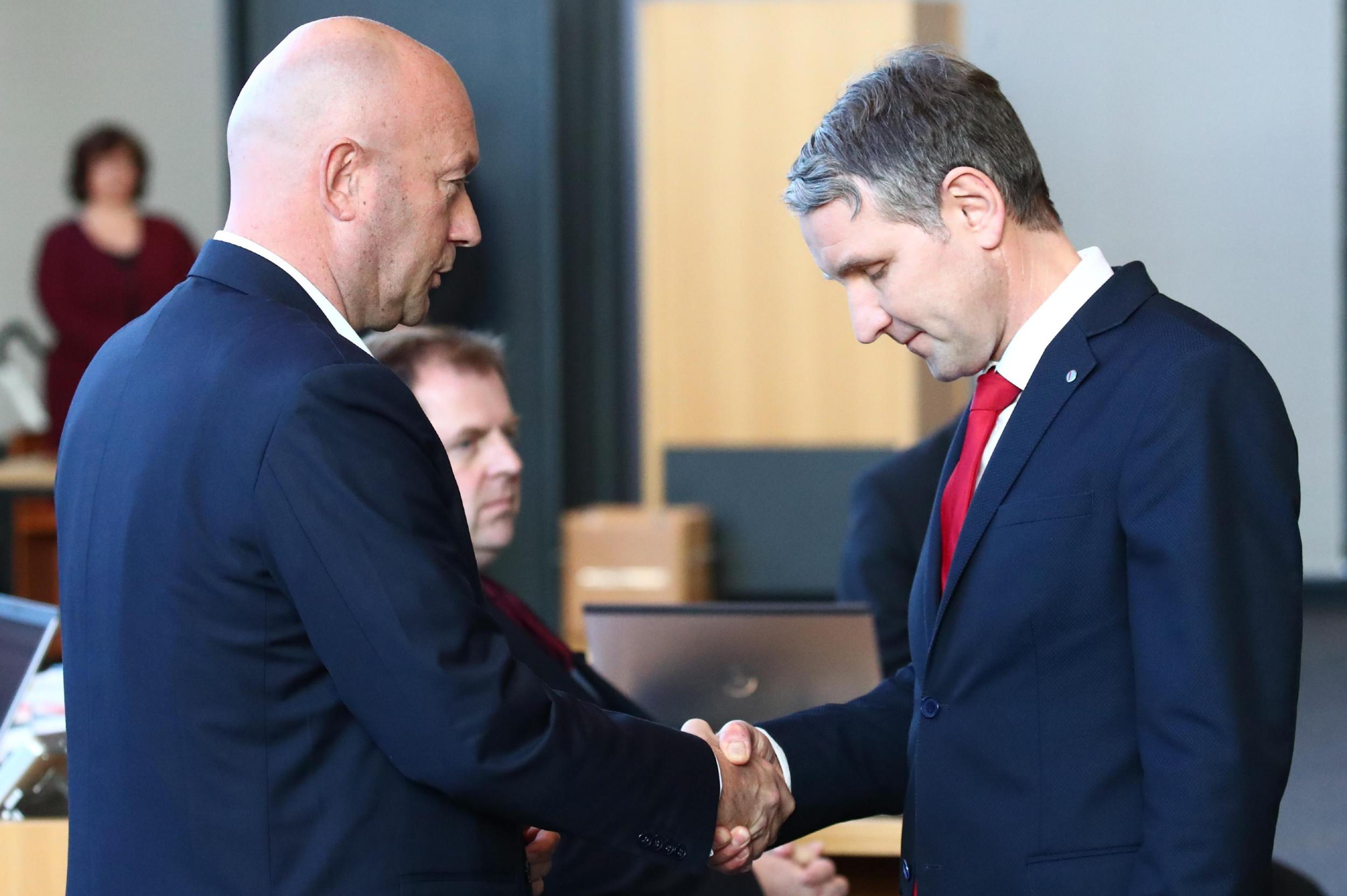 Томас Кемерих и Бјерн Хеке се рукују, Ерфурт, 05. фебруар 2020. (Фото: EPA)
