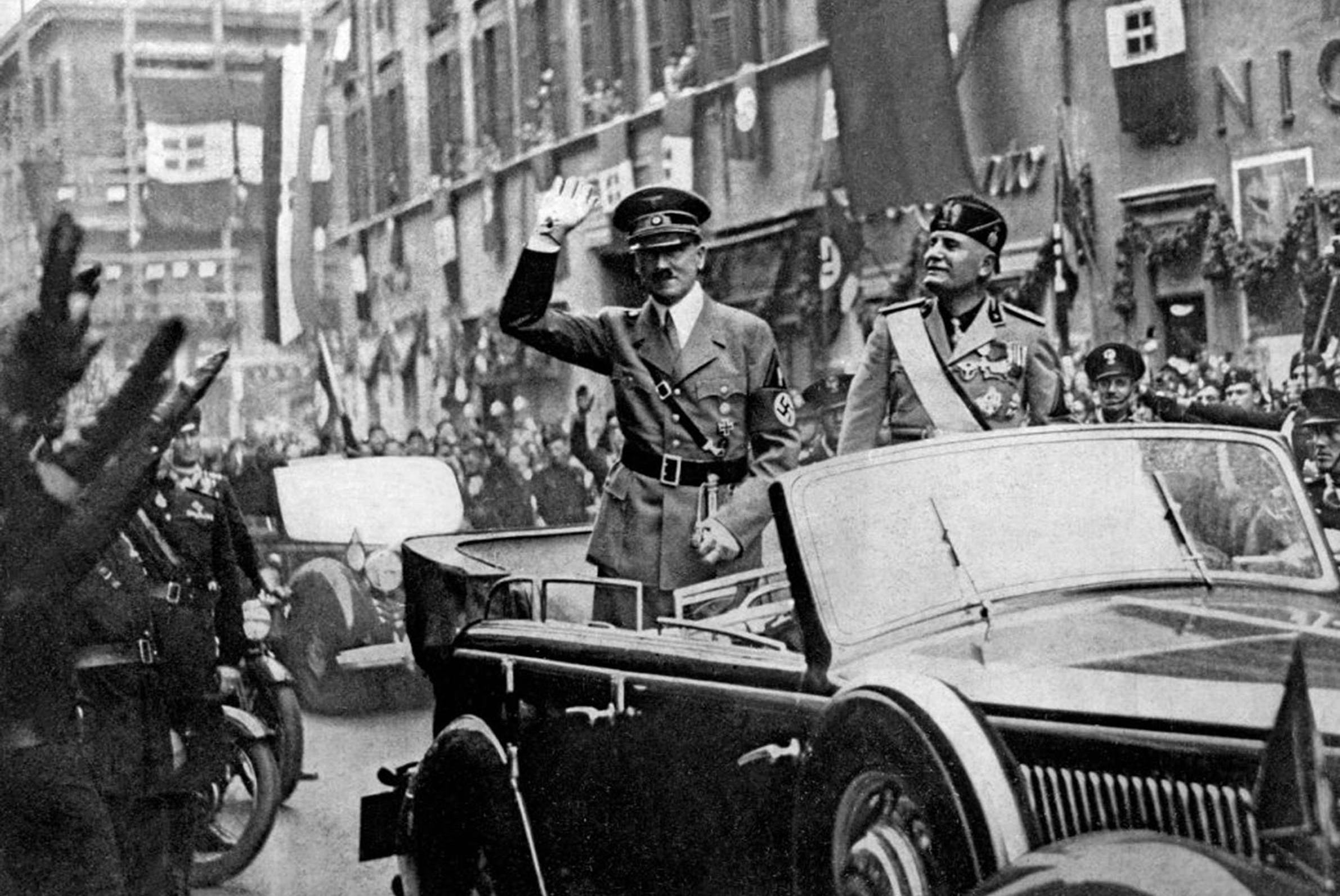 Adolf Hitler i Benito Musolini u automobilu salutiraju okupljenoj masi ljudi, Rim, maj 1938. (Foto: Mondadori Portfolio/Getty Images)