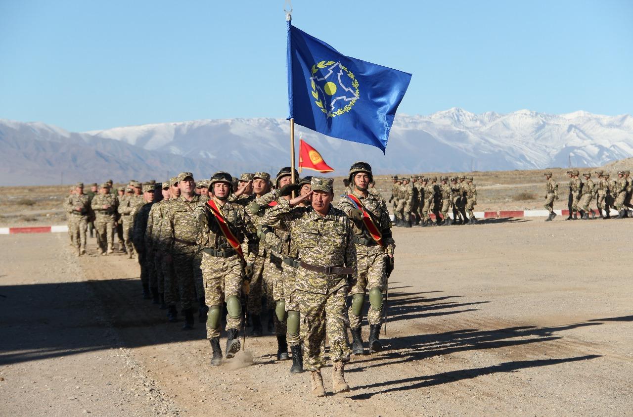 Киргистански војни контигент носи заставу ОДКБ током војне вежбе у Киргистану, 13. октобар 2018. (Фото: inbusiness.kz)