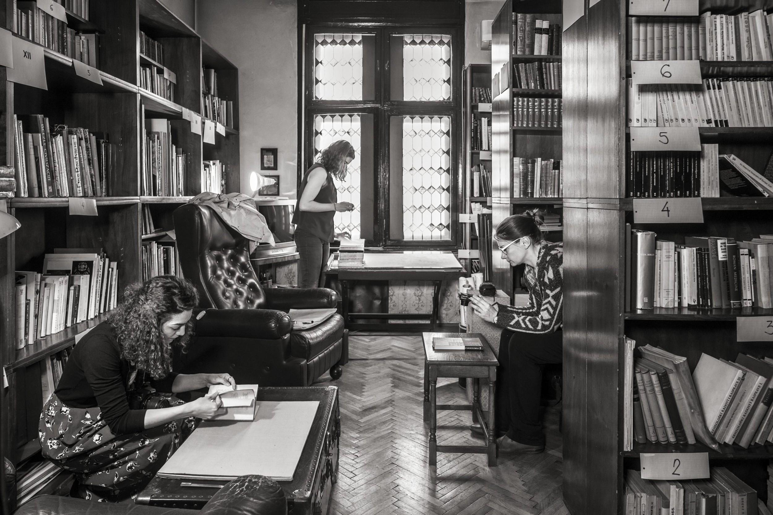 Tim okupljen oko Jelice Jovanović vrši inventar biblioteke Bogdana Bogdanovića (Foto: Wolfgang Thaler)