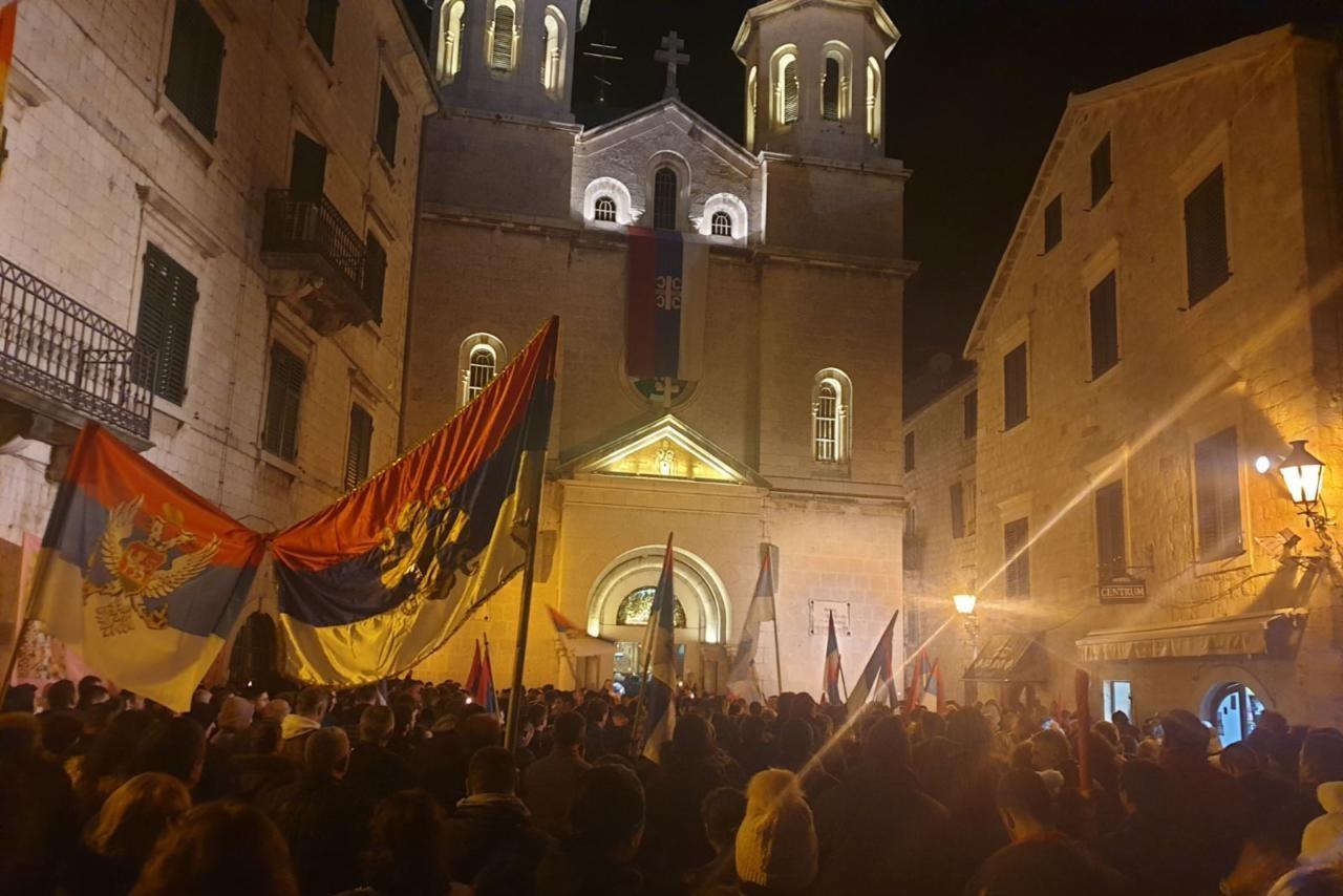 Молебан испред цркве Светог Николе у Котору, 23. јануар 2020. (Фото: Јовица Вукосавић/mitropolija.com)