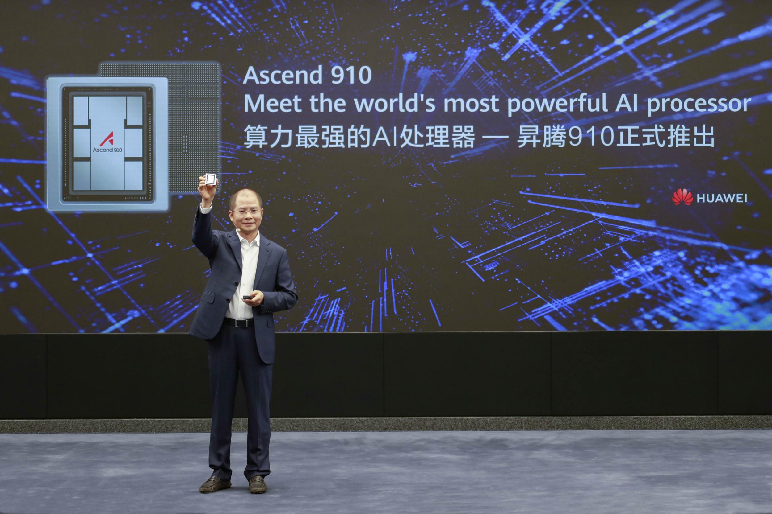 Predstavnik Huaveja Erik Šu drži u ruci čip na predstavljanju Ascend 910 procesora veštačke inteligencije (Foto: Huawei)