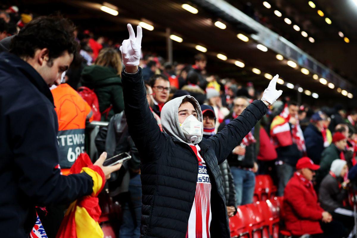 Навијач Атлетико Мадрида са заштитном маском и рукавица током фудбалске утакмице Ливерпул-Атлетико Мадрид на стадиону Енфилд, 11. март 2020. (Фото: PA)