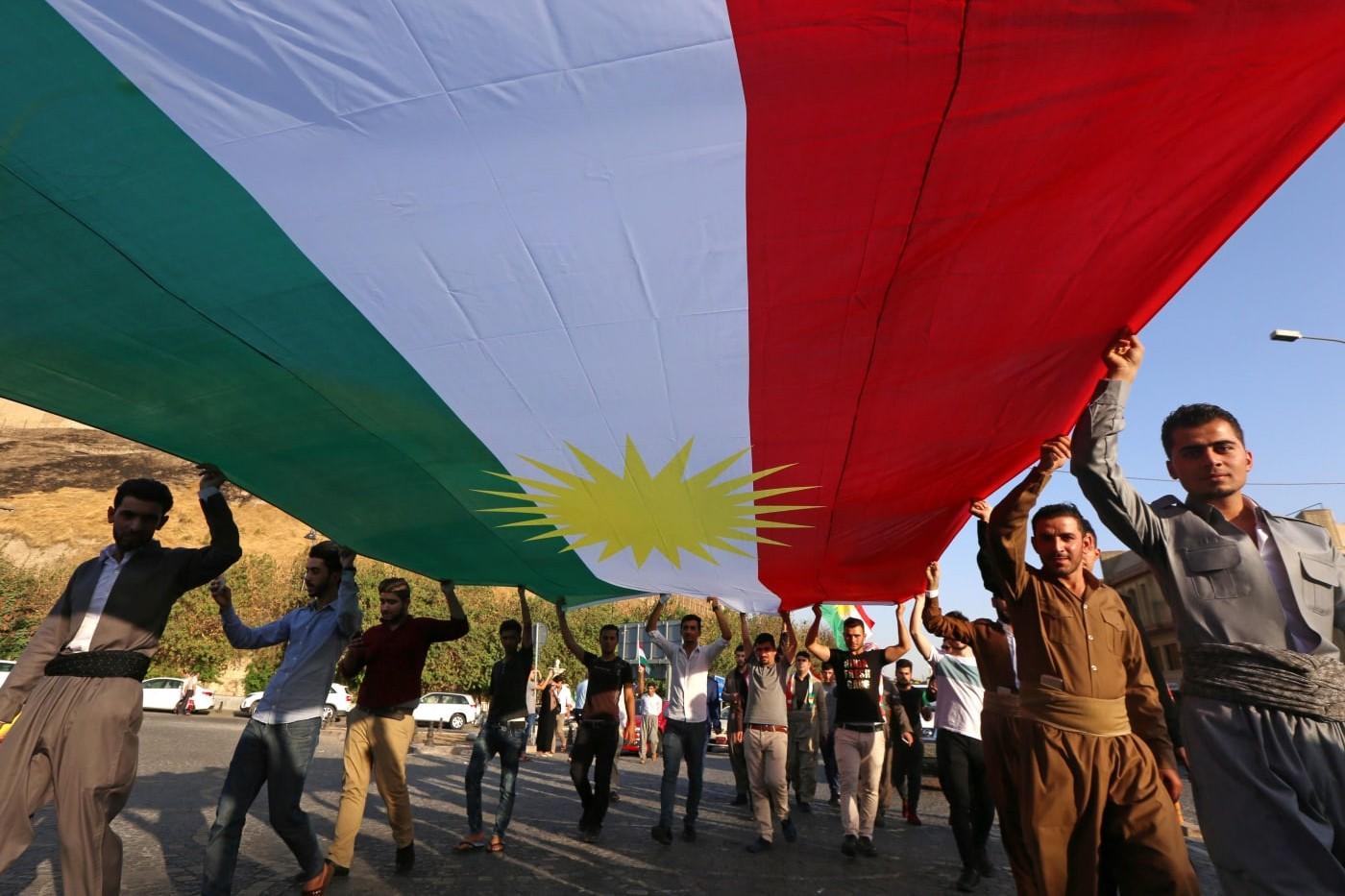 Irački Kurdi drže veliku zastavu Kurdistana dok šetaju Erbilom, glavnim gradom Iračkog Kurdistana, 13. septembar 2017. (Foto: SAFIN HAMED/AFP/Getty Images)