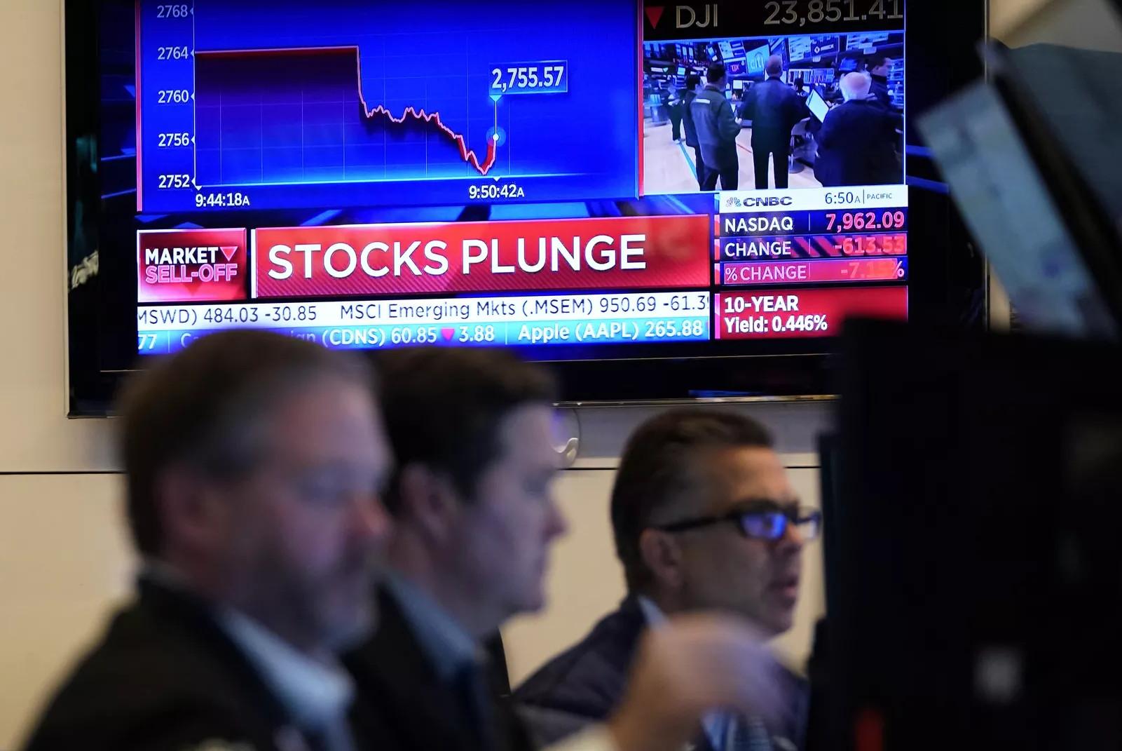 Радници на Њујоршкој берзи слушају вести (Фото: Timothy A. Clary/AFP via Getty Images)