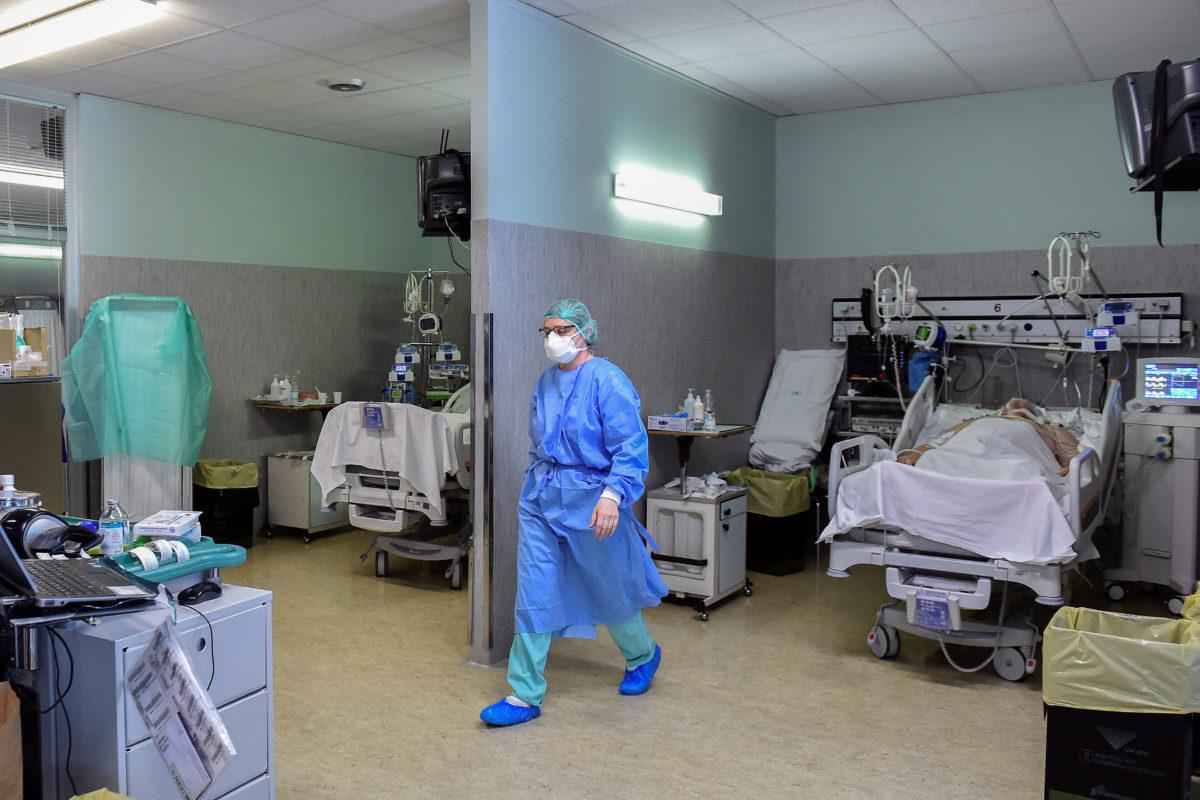 Лекар у заштитном оделу у болничкој соби са оболелима од COVID-19, Кремона, 19. март 2020. (Фото: REUTERS/Flavio Lo Scalzo)