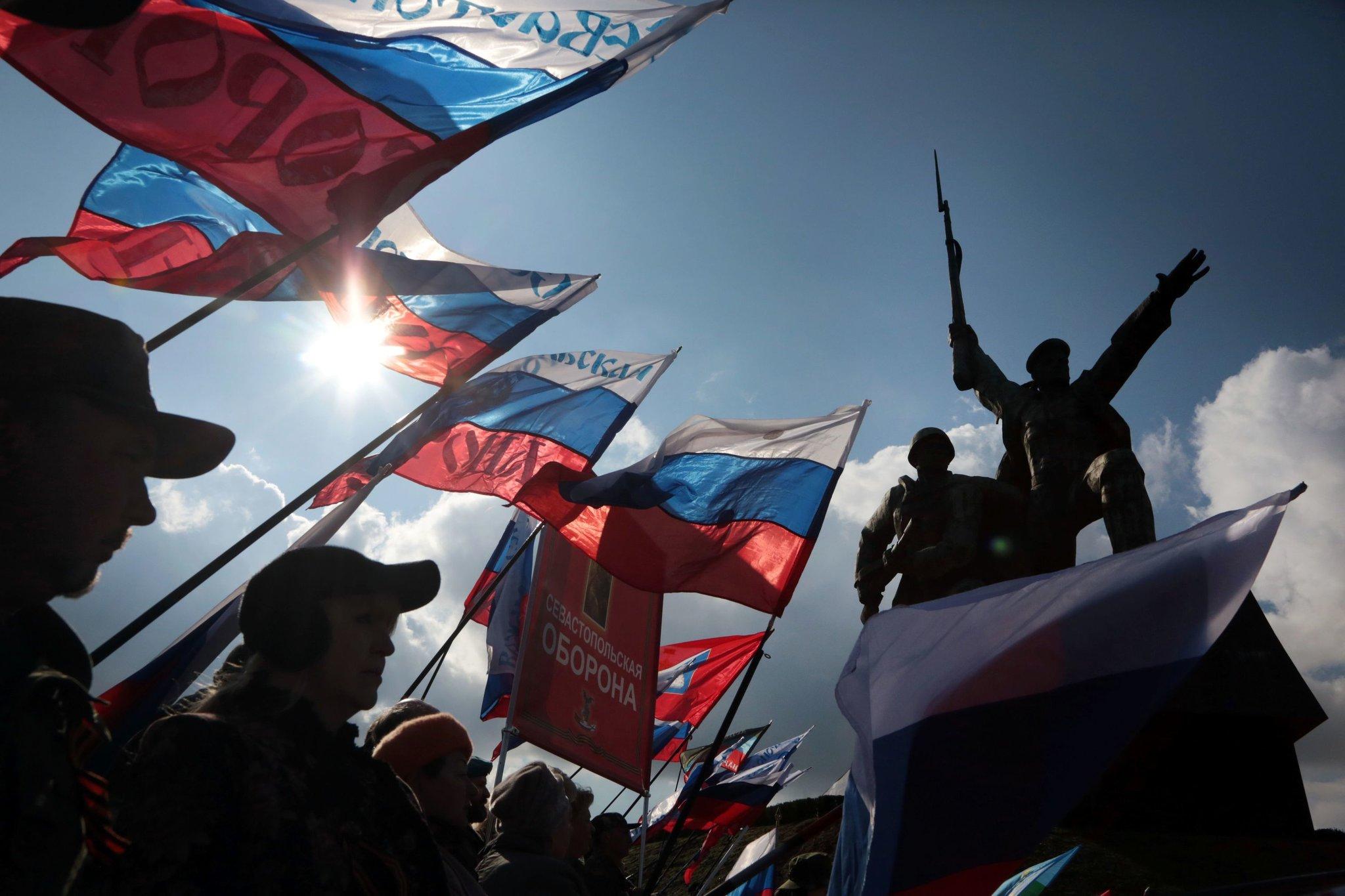 Грађани Севастопоља са руским заставама поводом треће годишњице од припајања Крима Русији, март 2017. (Фото: Max Vetrov/Agence France-Presse/Getty Images)