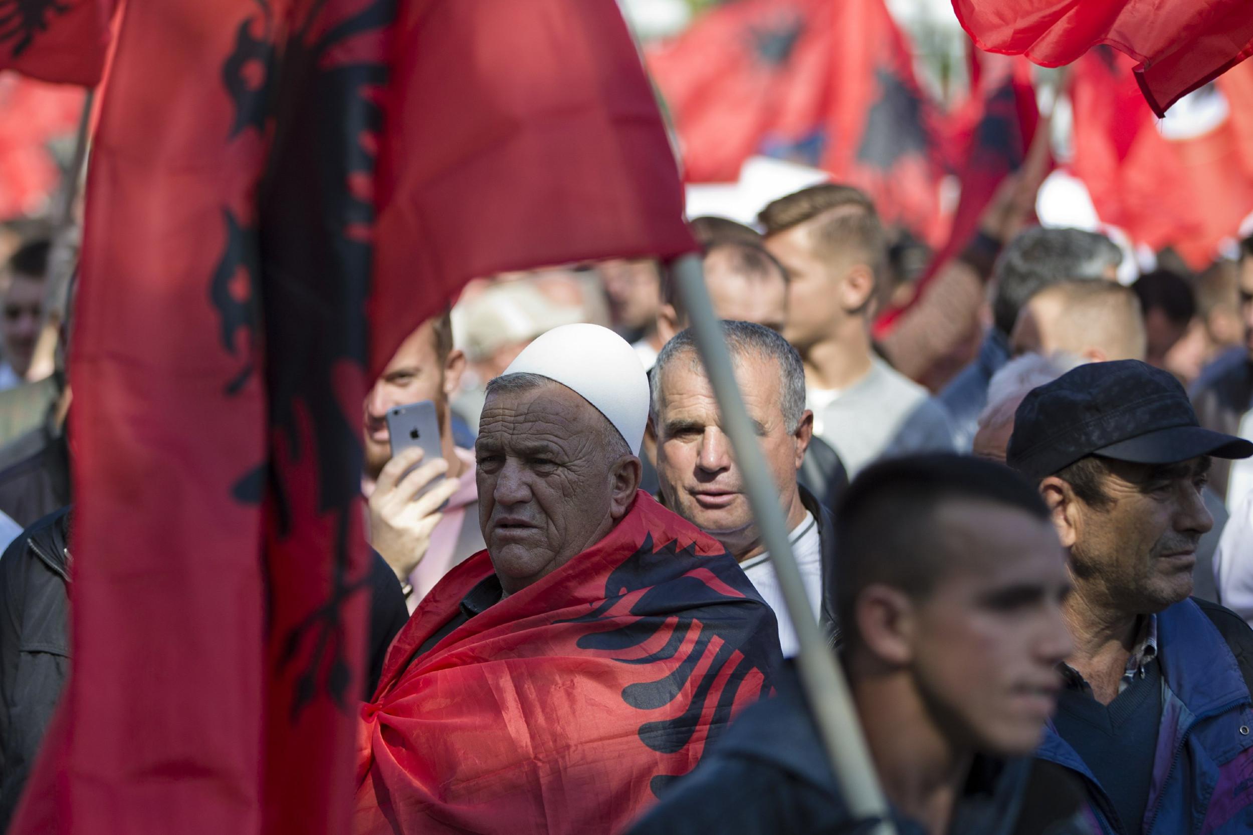 Kosovski Albanci ogrnuti zastavama Albanije u Prištini (Foto: AP Photo/Visar Kryeziu)
