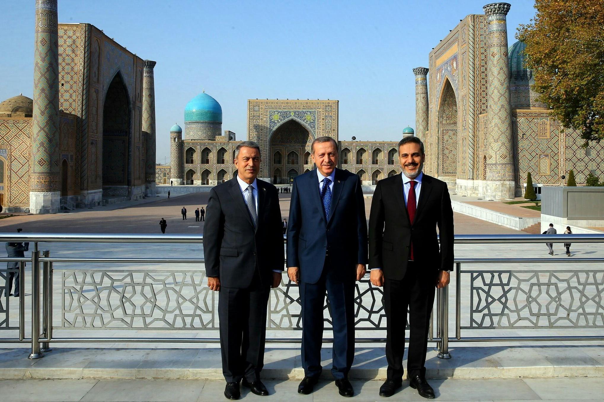 (Sleva nadesno) Turski ministar odbrane Hulusi Akar, turski predsednik Redžep Tajip Erdogan i direktor turske obaveštajne službe Hakan Fidan