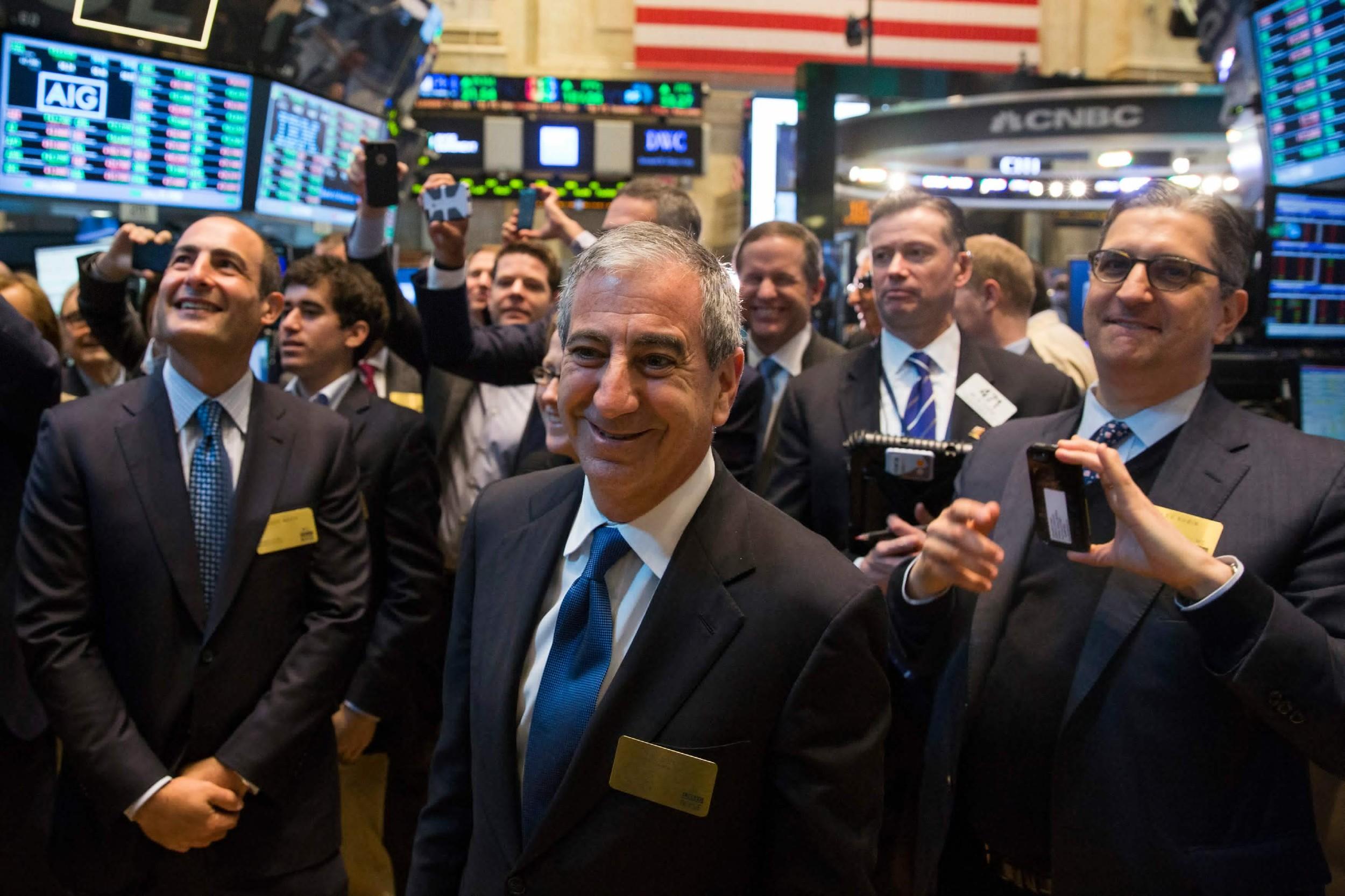Инвестициони банкари на Њујоршкој берзи, на Волстриту (Фото: REUTERS/Lucas Jackson)