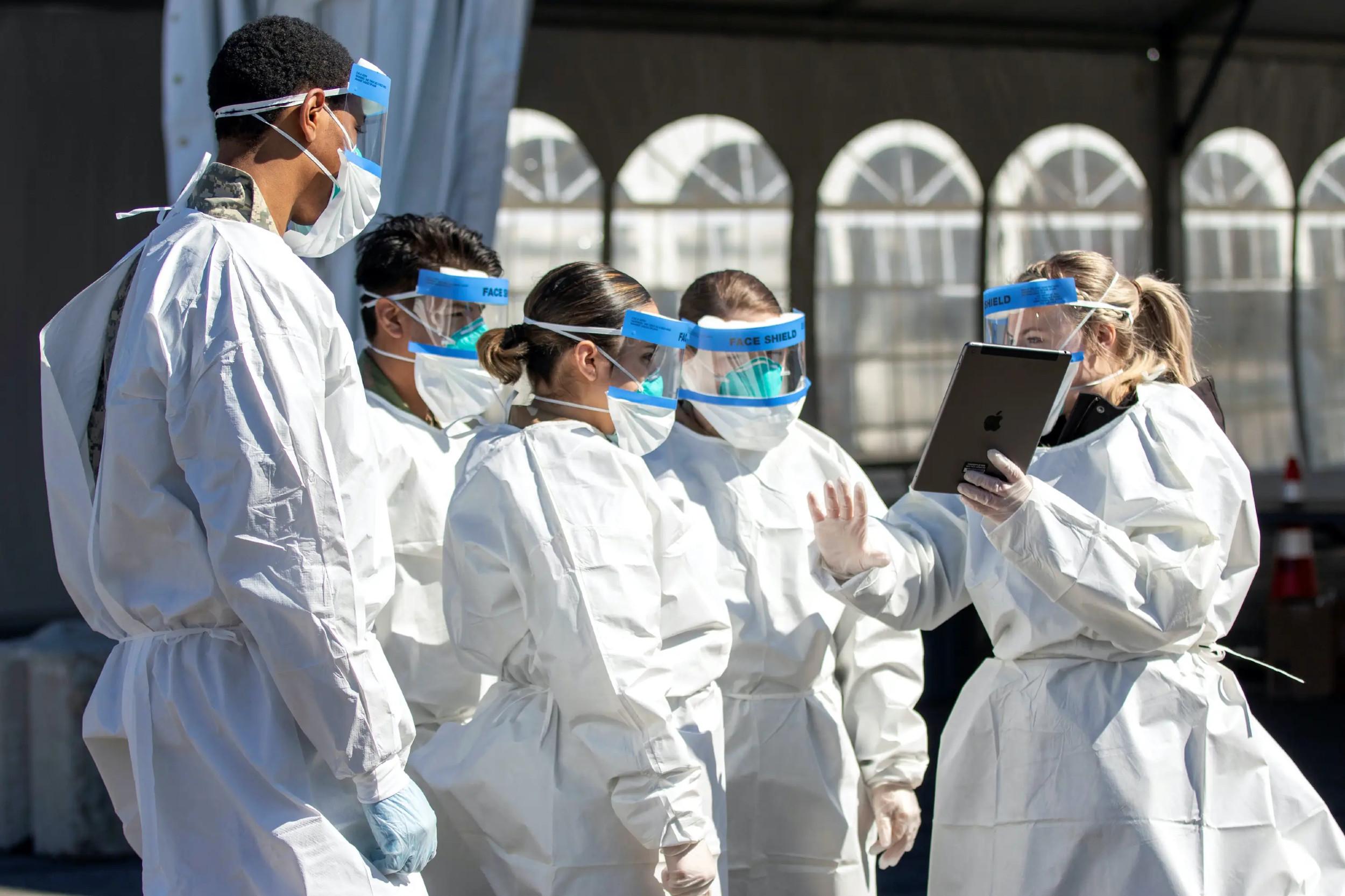Predstavnica američkog ministarstva zdravlja drži obuku pripadnicima Nacionalne garde u Njujorku za testiranje na koronavirus, 14. mart 2020. (Foto: Sgt. Amouris Coss/U.S. Army National Guard/Handout/Reuters)