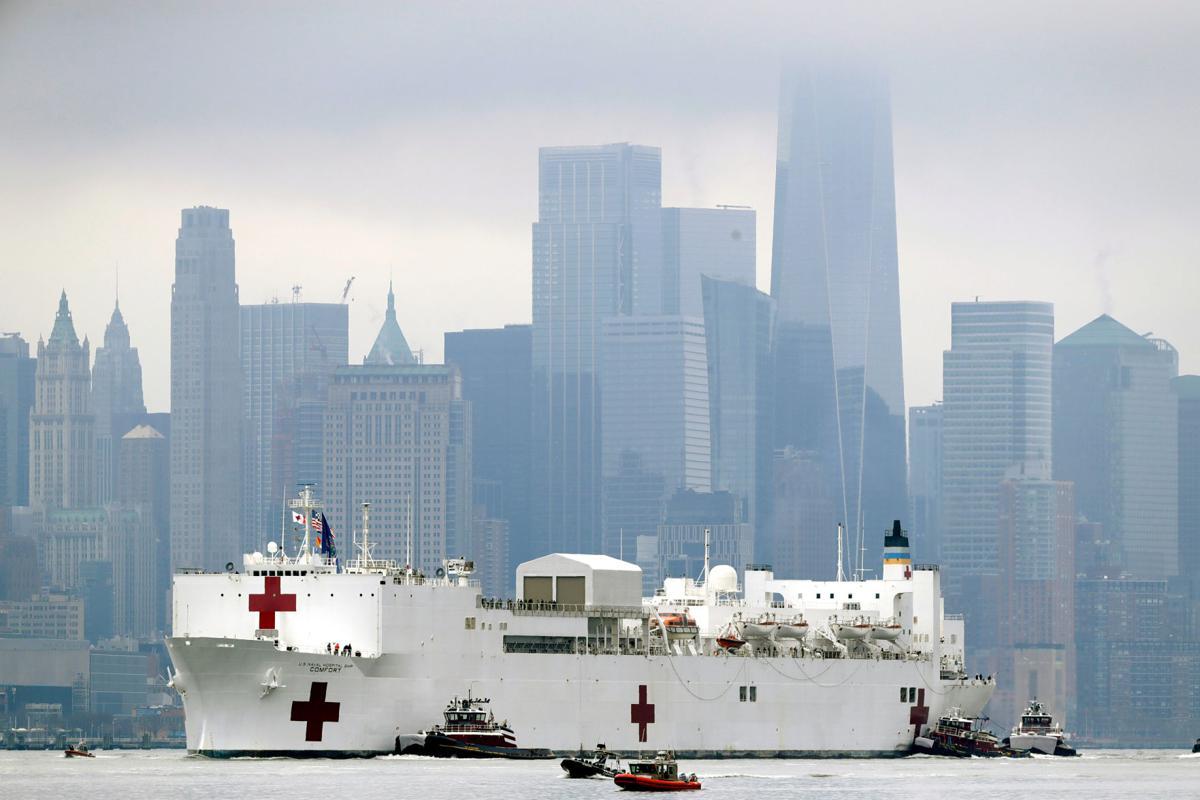 Sanitetski brod američke mornarice u blizini Menhetna prispeva u Njujork radi zbrinjavanja pacijenata, 30. mart 2020. (Foto: Seth Wenig/AP photo)