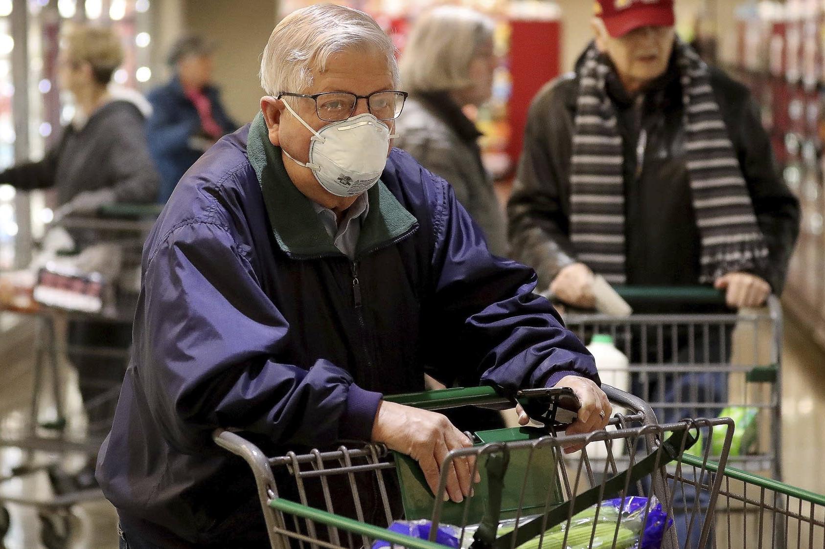 Penzioneri sa zaštitnim maskama u jutarnjoj kupovini u gradu Idajna, u Minesoti, 19. mart 2020. (Foto: Merlin Smith/Star Tribune via AP)