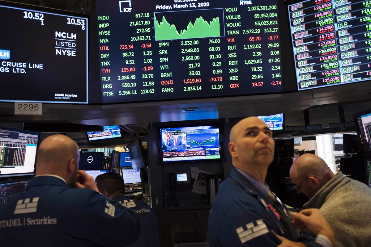 Trgovci na Njujorškoj berzi slušaju vesti o koronavirusu , 13. mart 2020. (Foto: AP Photo/Mark Lennihan)