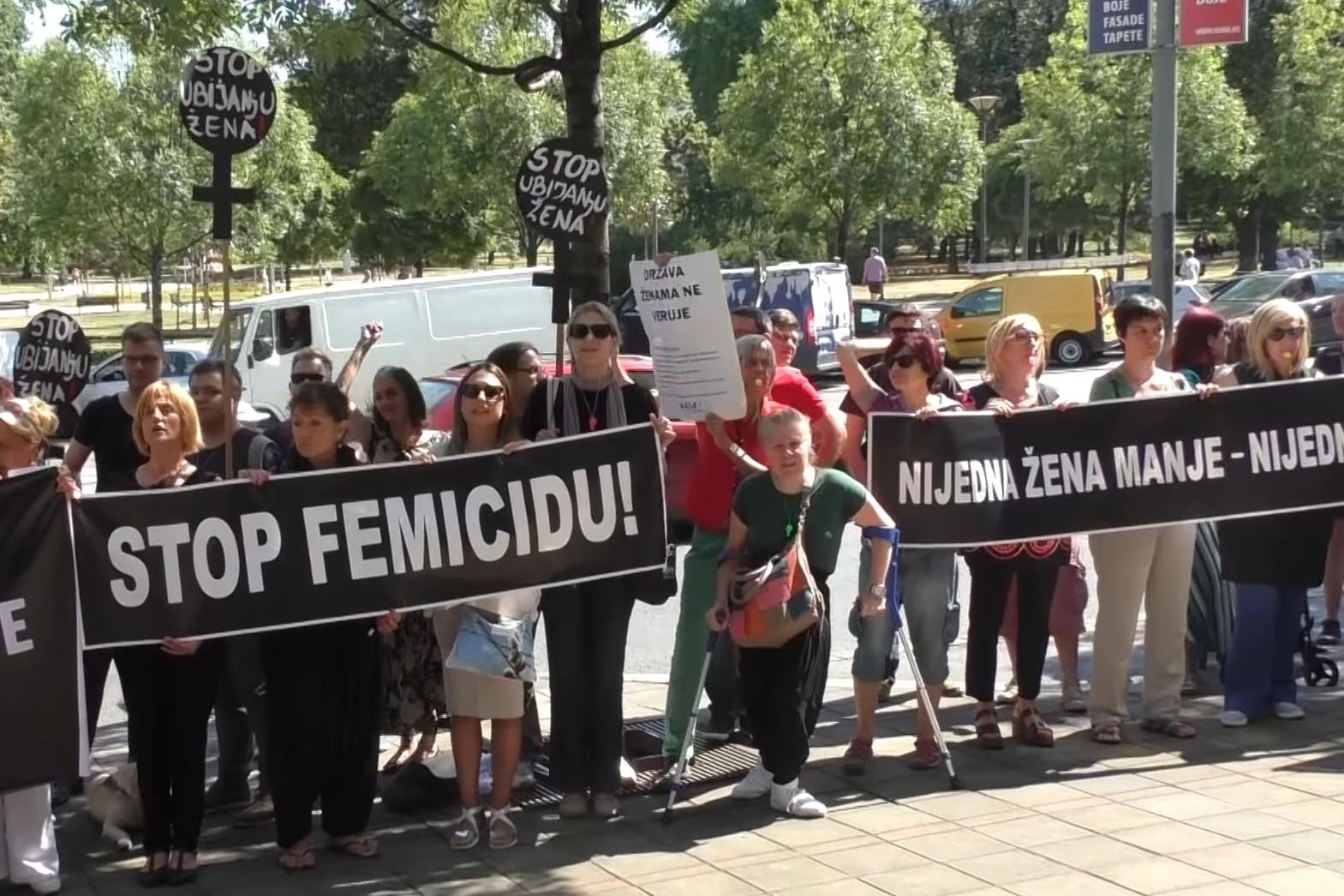 """Aktivistkinje nekoliko nevladinih organizacija na protestu protiv nasilja nad ženama pod nazivom """"Reagujmo dok ne bude kasno"""", Beograd, 17. jul 2017. (Foto: Snimak ekrana/Jutjub)"""