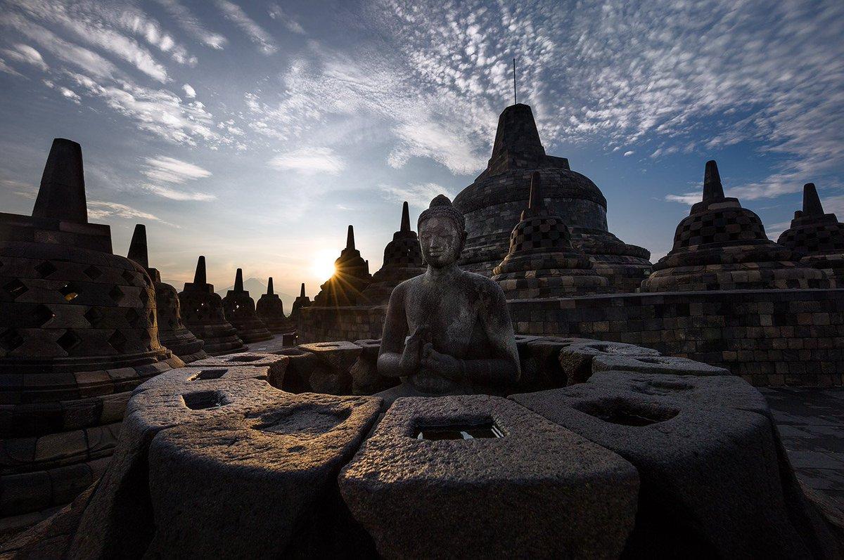 Статуа Буде на врху храма Барабудур (Фото: Твитер)