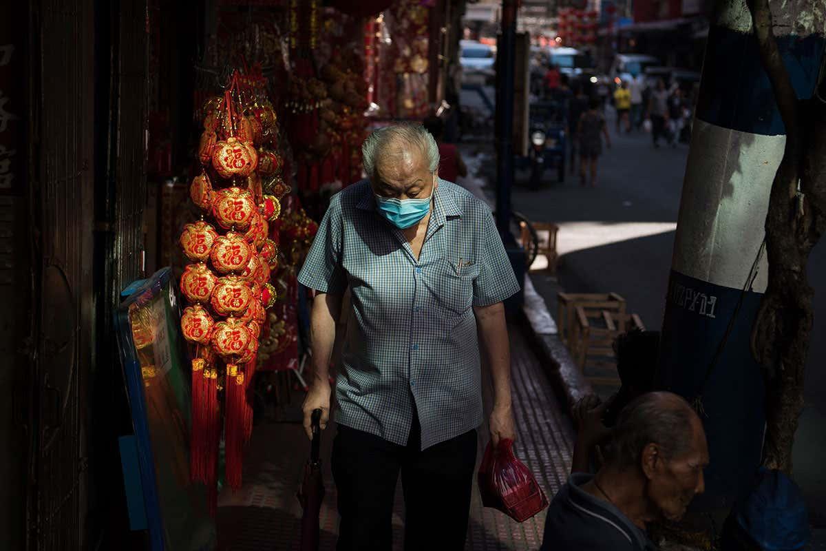 Stariji čovek sa zaštitnom maskom šeta ulicom (Foto: SOPA Images/Getty Images)