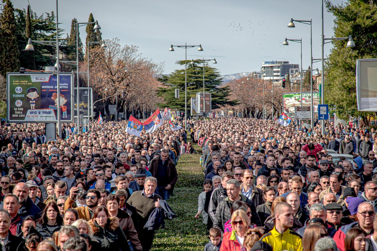 Верни народ шета улицама Подгорице током Светосимеоновске литије, 29. фебруар 2020. (Фото: Борис Мусић/mitropolija.com)