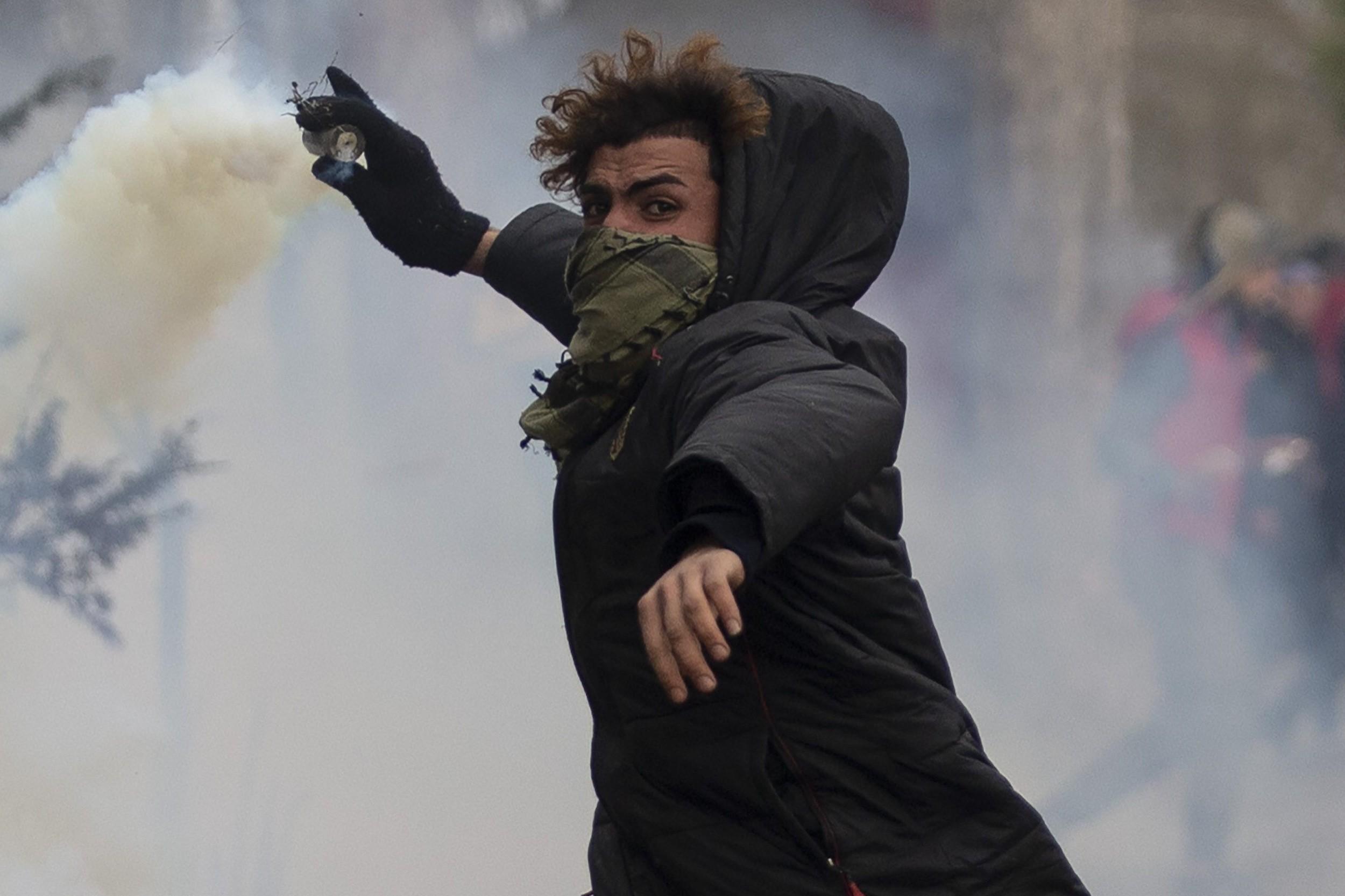 Један од миграната на грчко-турској граници покушава да пробије заштитну ограду (Фото: Getty Images)