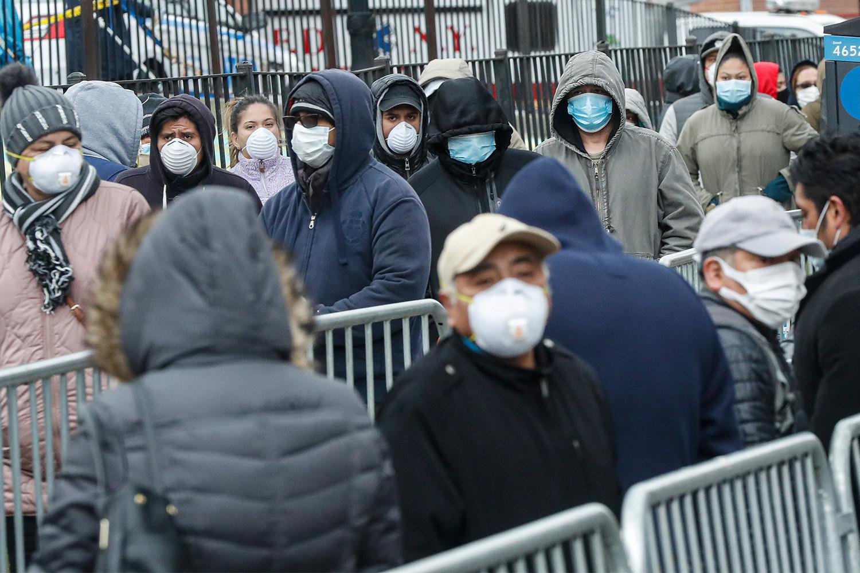 Грађани Њујорка са заштитним маскама чекају у реду за теситрање на вирус COVID-19, 25. март 2020. (Фото: AP/John Minchillo)