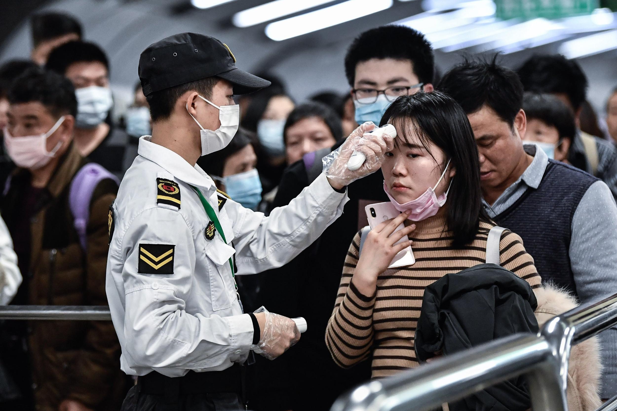 Policajci mere temperaturu građanima Gvangžua, 22. januar 2020. (Foto: Stringer/Anadolu Agency via Getty Images)