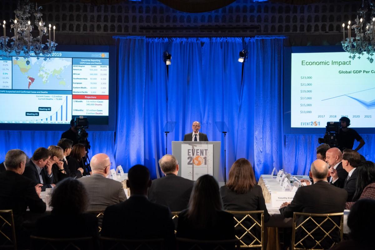 """Erik Toner, direktor projekta """"Događaj 201"""" u obraćanju """"igračima"""", Njujork, 18. oktobar 2019. (Foto: Nick Klein/Center for Health Security)"""