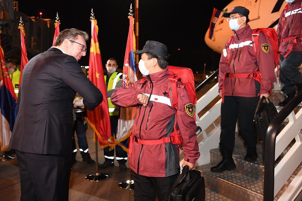 Predsednik Srbije Aleksandar Vučić se pozdravlja sa kineskim medicinskim stručnjacima tokom njihovog dočeka na aerodromu, Beograd, 21. mart 2020. (Foto: Predsedništvo Srbije/Dimitrije Goll)