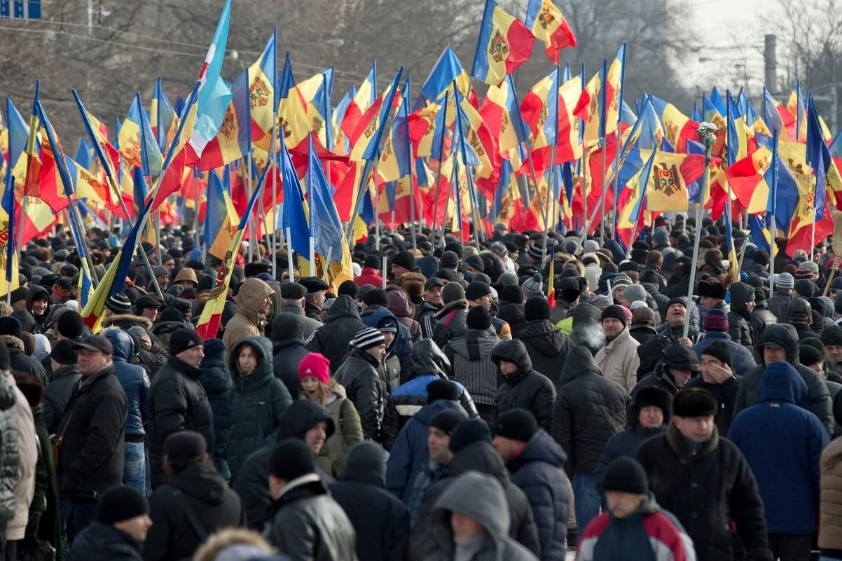 Молдавци машу заставама Молдавије током протестног скупа у Кишињеву 2016. године (Фото: AP Photo/Vadim Ghirda)