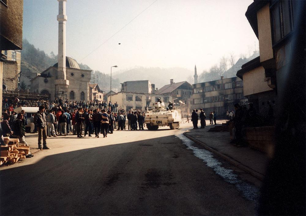 Ljudi posmatraju prolazak tenka UN-a ulicama Srebrenice, jul 1995. (Foto: sveosrpskoj.com)