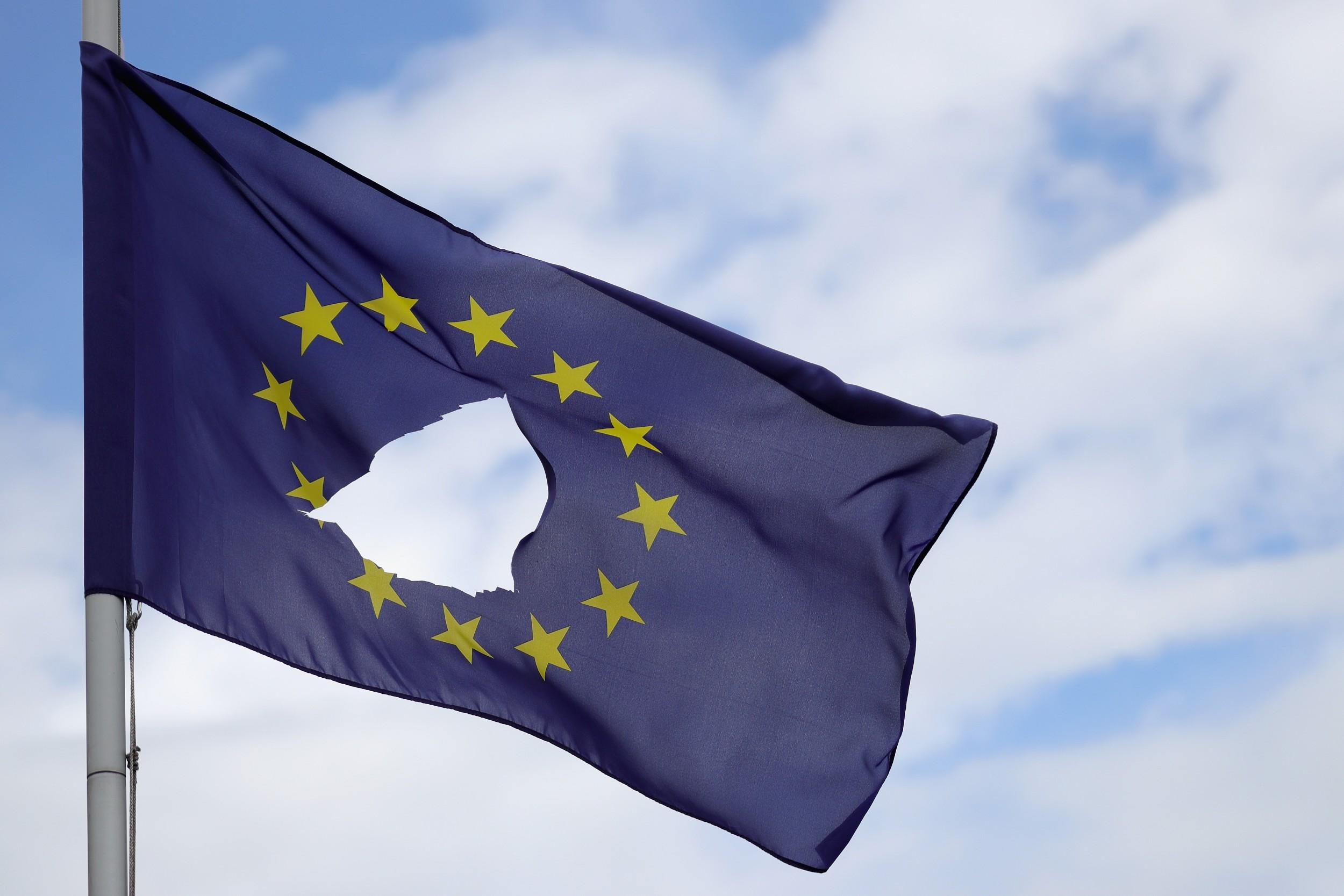 Поцепана застава Европске уније се вијори на ветру. (Фото: Christopher Furlong/Getty Images)