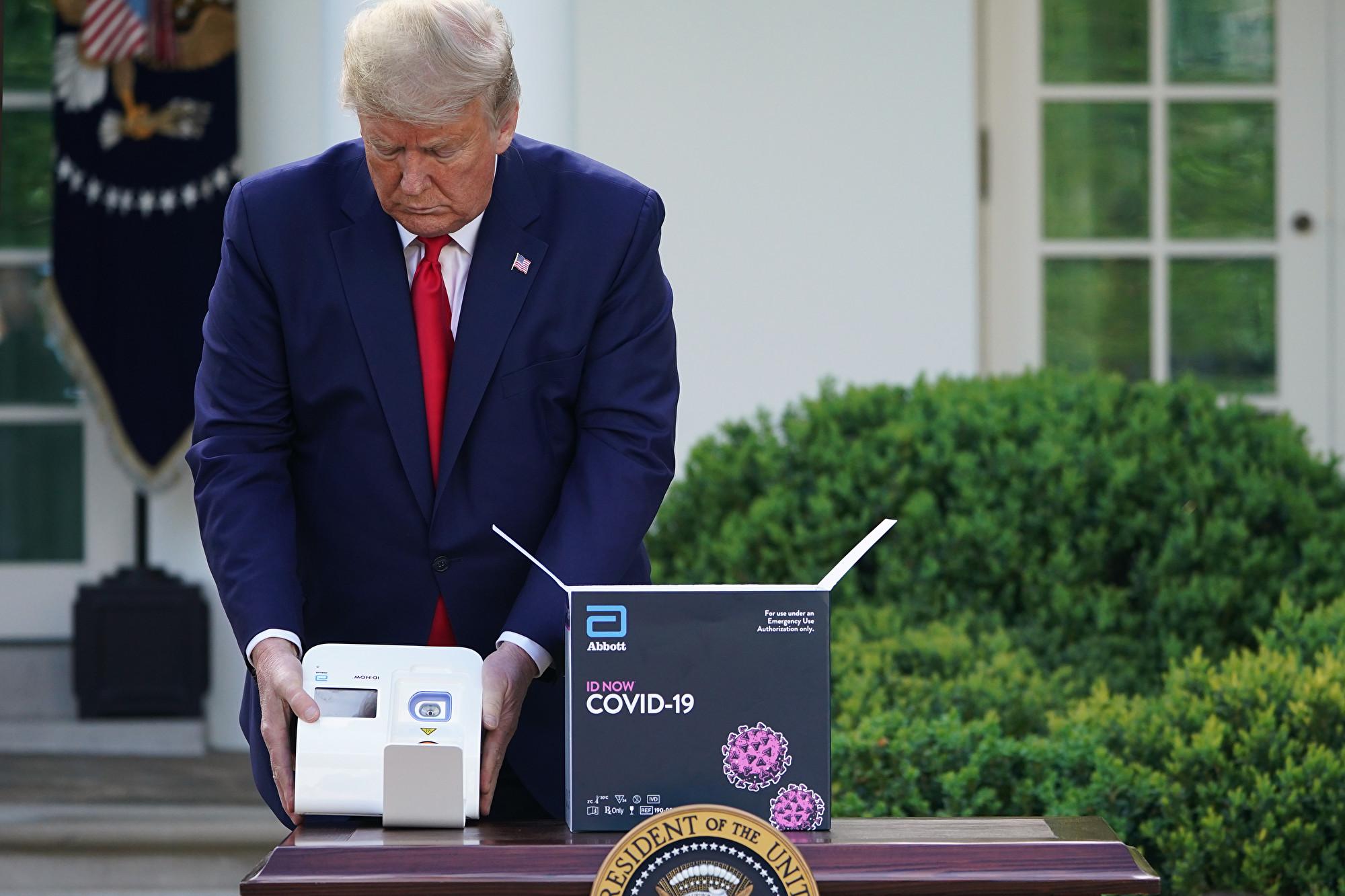 Američki predsednik Donald drži brzi, petominutni test na COVID-19 u Beloj kući, 30. mart 2020. (Foto: Mandel Ngan/AFP via Getty Images)