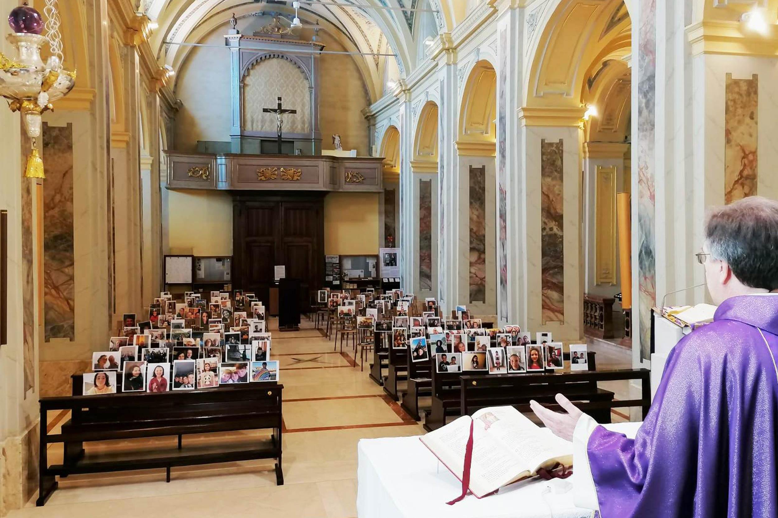Sveštenik rimokatoličke crkve drži misu pred fotografijama svojih parohijana zalepljenih na praznim klupama u jednoj crkvi na periferiji Milana (Foto: Father Giuseppe Corbari)