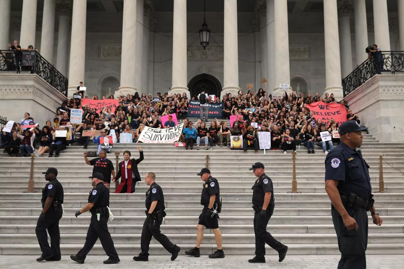 Демонстранти протестују против потврђивања Брета Каваноа за судију Врховног суда од стране Сената, на степеницама испред Капитола, Вашингтон, 06. октобар 2018. (Фото: Chip Somodevilla/Getty Images)