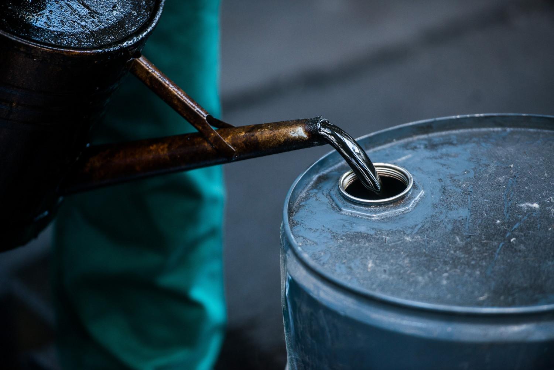 Radnik pretače sirovu naftu u bure (Foto: Akos Stiller/Bloomberg via Getty Images)