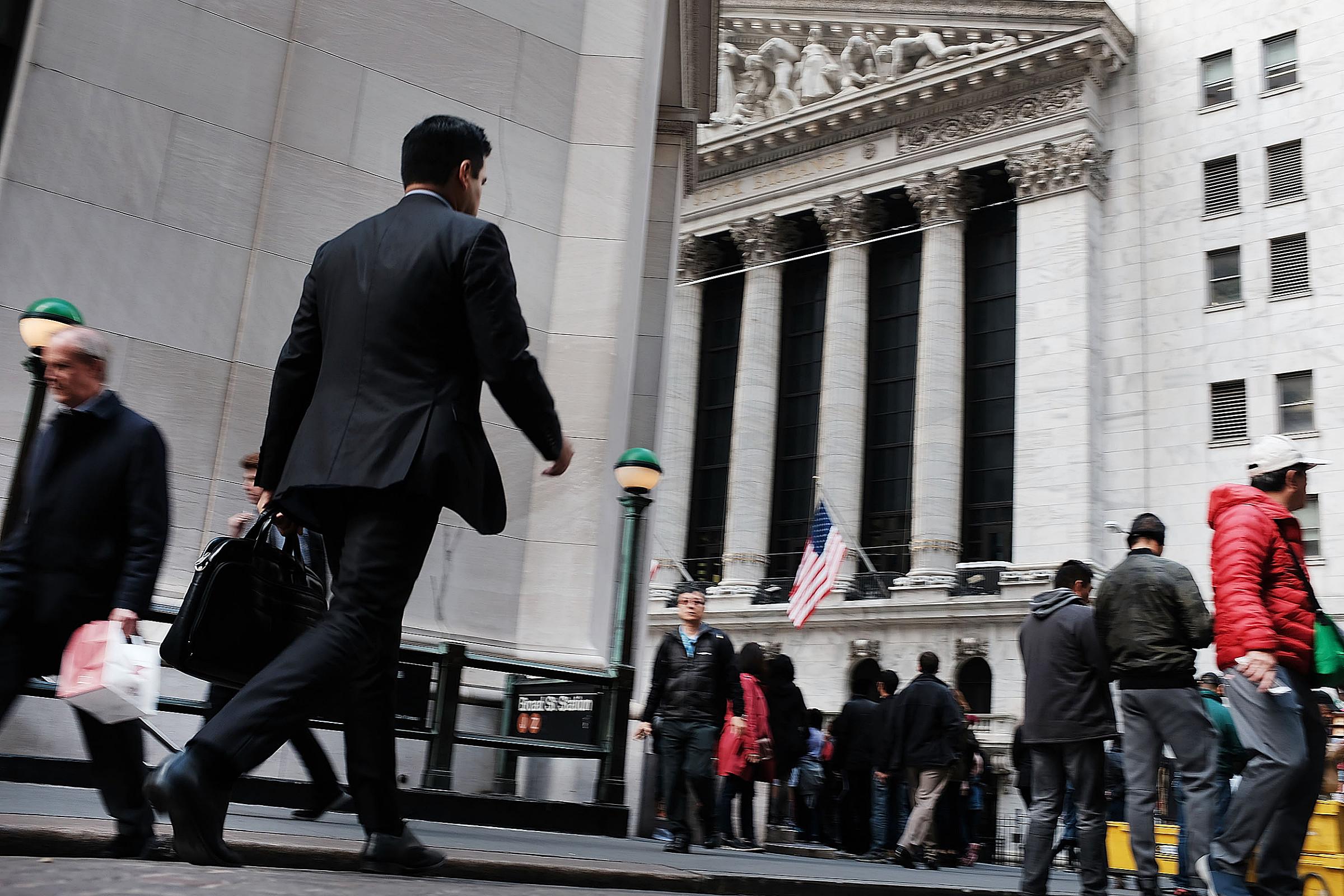 Бизнисмен иде у смеру ка Њујоршкој берзи на Волстриту, 23. октобар 2018. (Фото: Spencer Platt/Getty Images)
