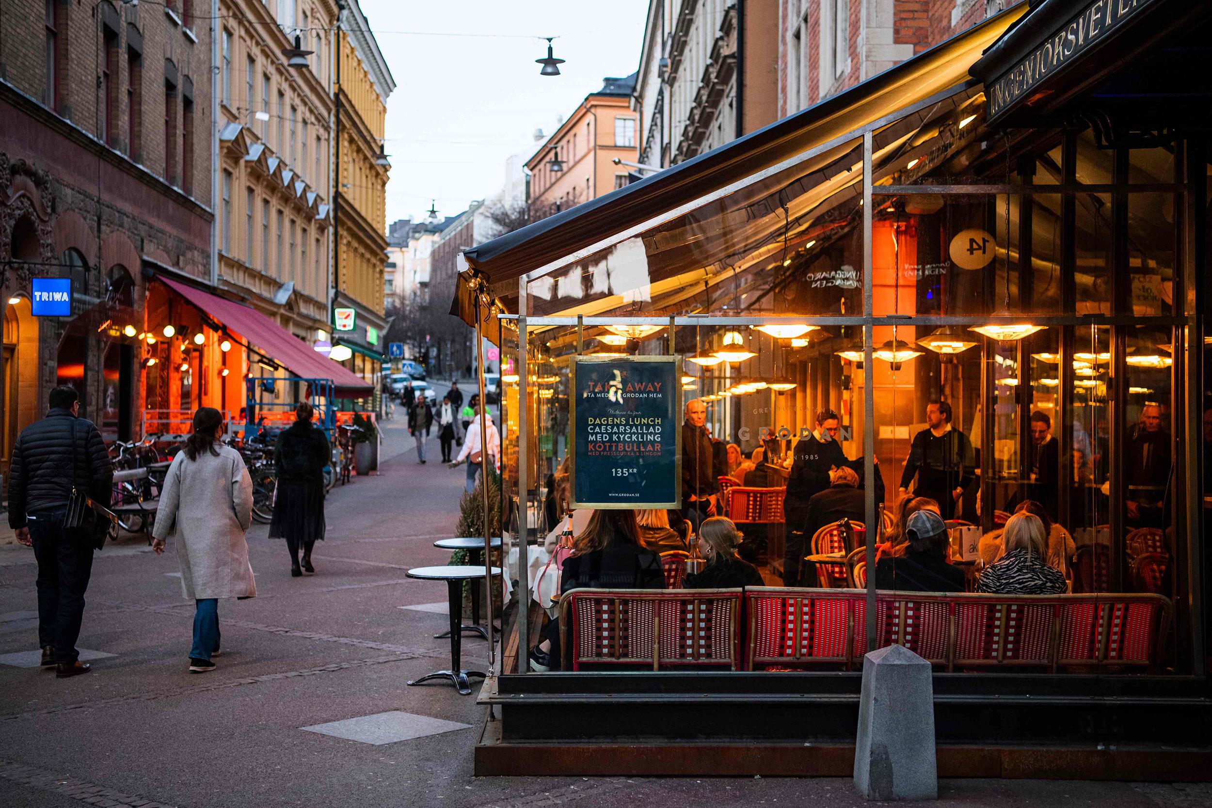 Građani Stoholma večeraju u restoranu i šetaju ulicom tokom pandemije virusa COVID-19, 27. mart 2020. (Foto: Jonathan Nackstrand/AFP/Getty Images)