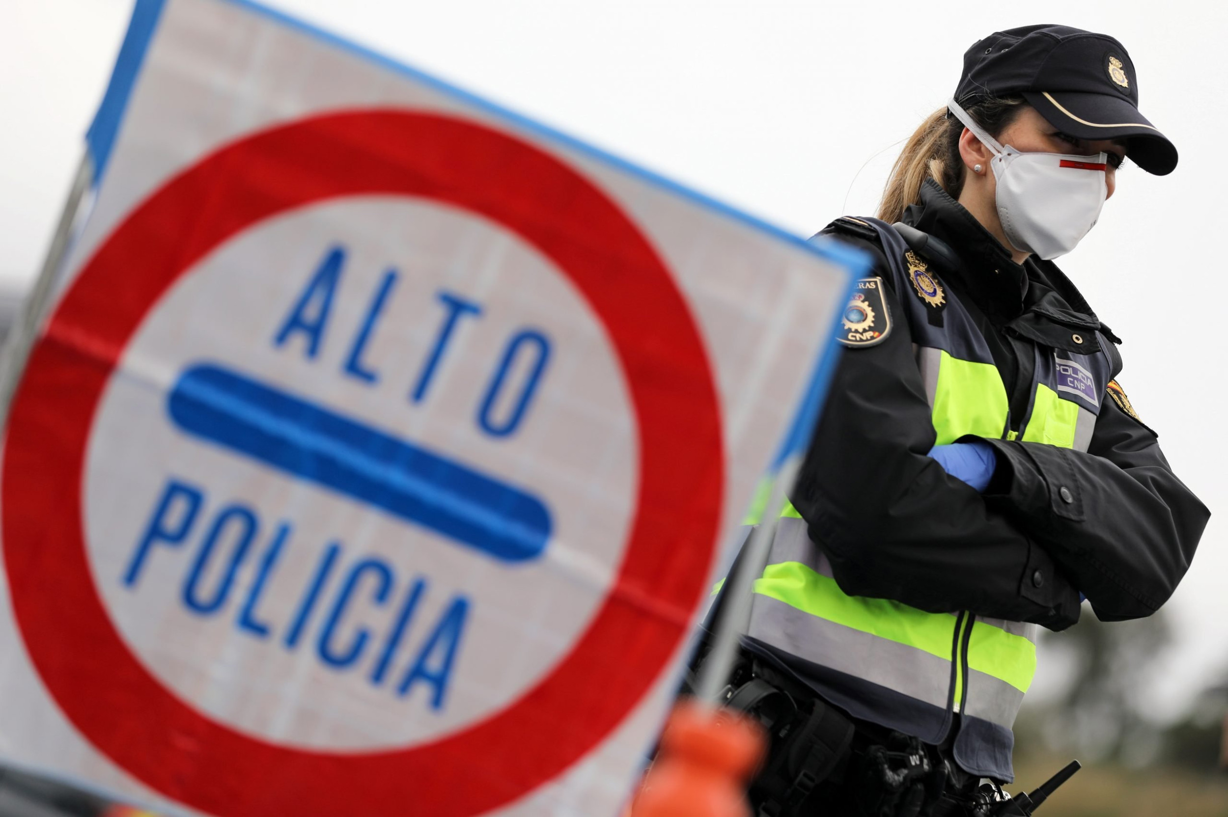 Granični policajac sa zaštitnom maskom stoji na graničnom prelazu između Španije i Francuske, 17. mart 2020. (Foto: Reuters/Nacho Doce)