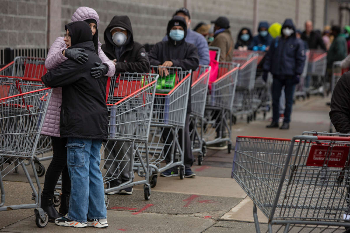 Kupci čekaju u redu ispred Costco marketa u Bruklinu, Njujork, 19. mart 2020. (Foto: Victor J. Blue/Getty Images)