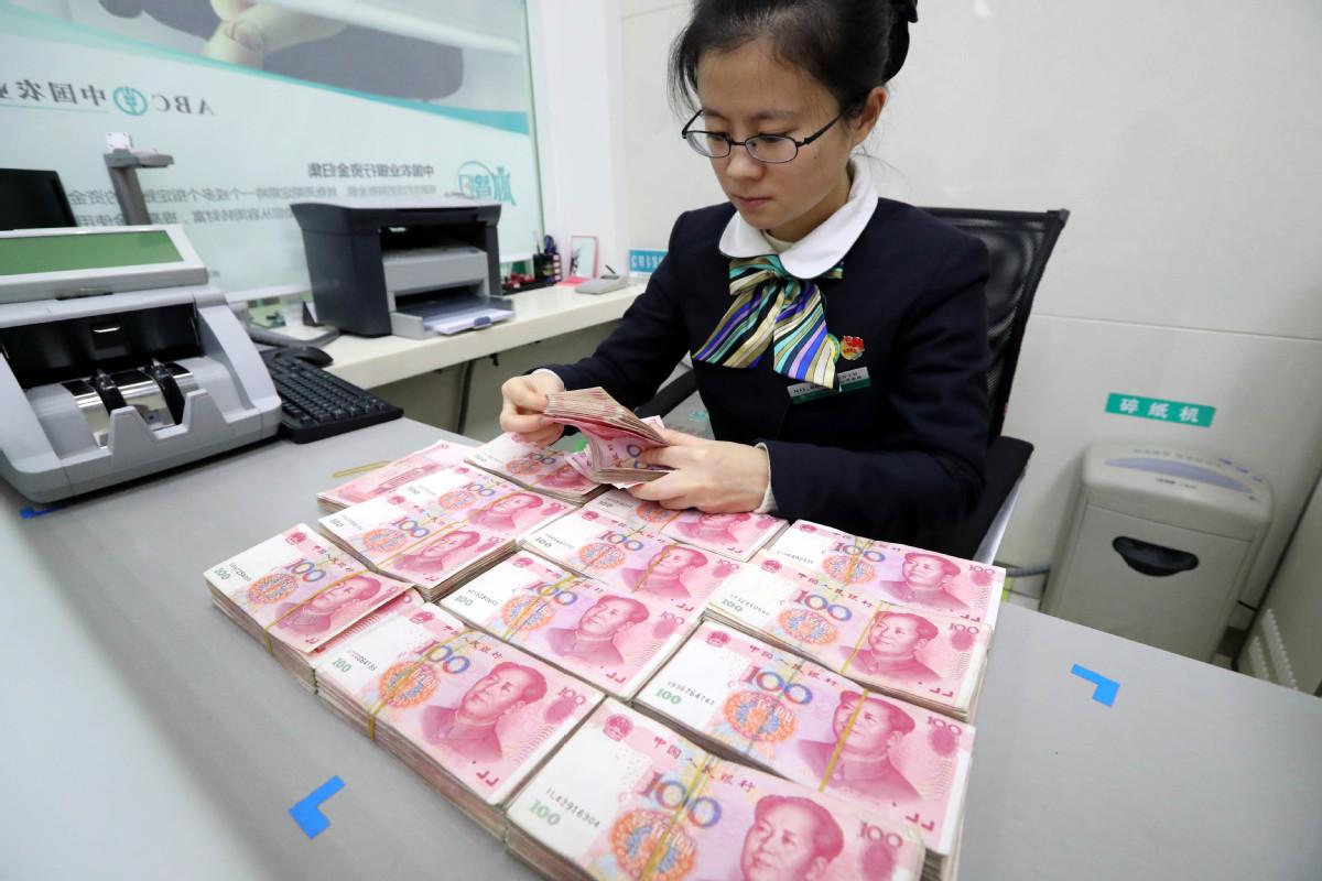 Bankarska službenica prebrojava juane (Foto: China Daily)