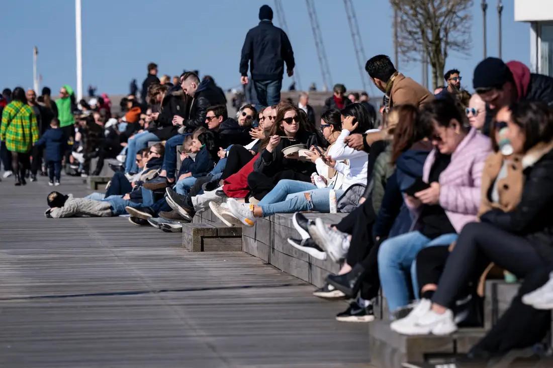 Šveđani uživaju na prolećnom suncu, Malme, 05. april 2020. (Foto: Johan Nilsson/TT News Agency/Reuters)