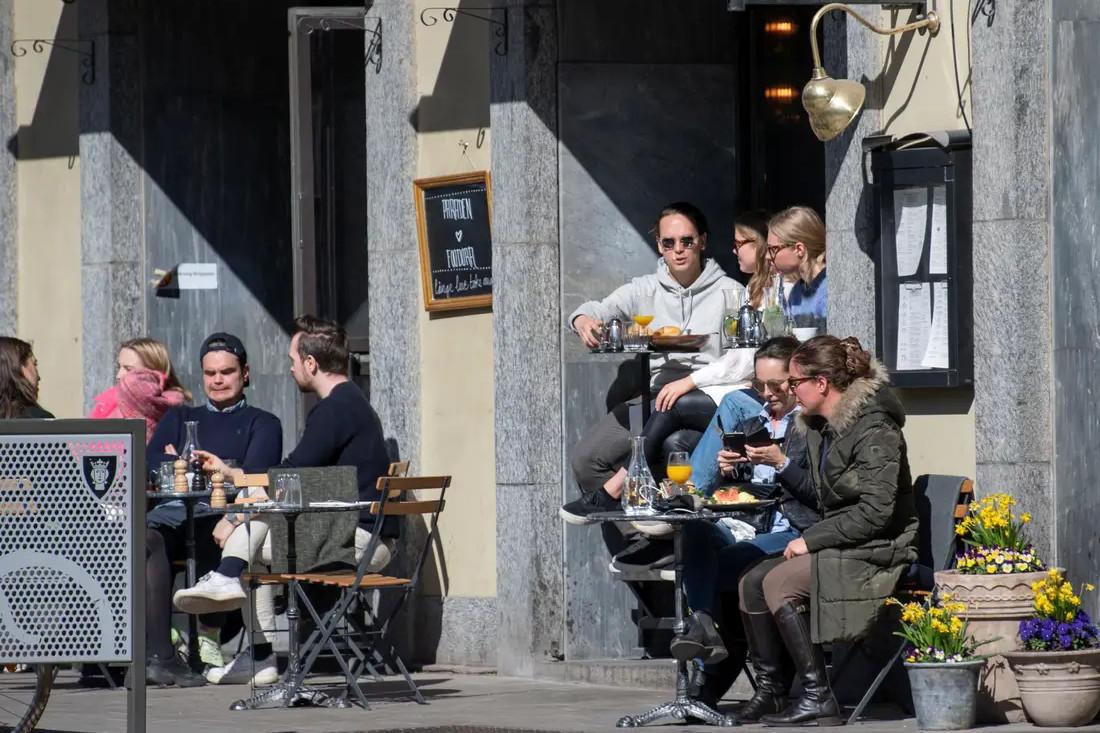 Građani Stokholma sede u kafićima na Uskrs, 11. april 2020. (Foto: Anders Wiklund/TT News Agency/Reuters)