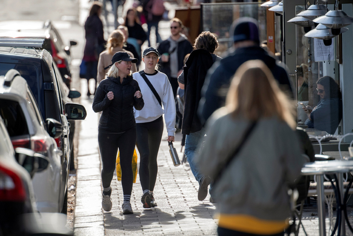 Građani Stokholma u šetnji gradskim ulicama, 20. april 2020. (Foto: Anders Wiklund/EPA)