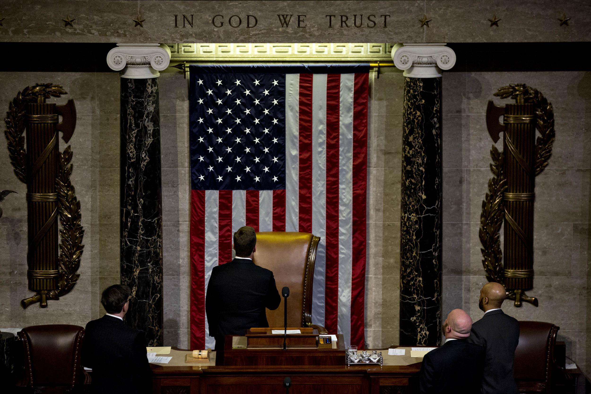 Članovi Predstavničkog doma okrenuti prema zastavi Sjedinjenih Država tokom polaganja zakletve, Vašington, 03. januar 2017. (Foto: Bloomberg via Getty Images)