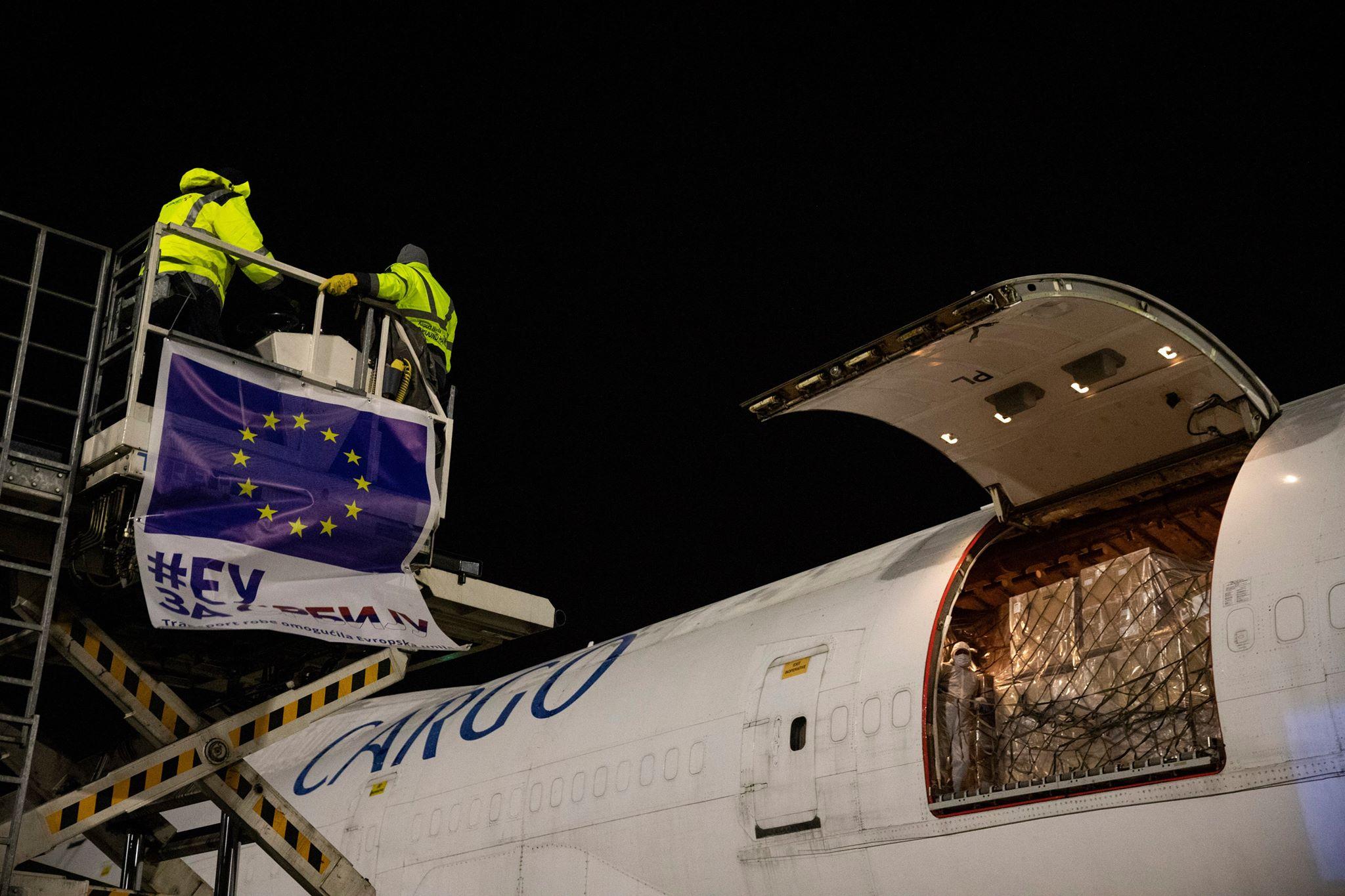 Avion sa medicinskom opremom za Srbiju na aerodromu u Beogradu, 30. mart 2020. (Foto: Tanjug)