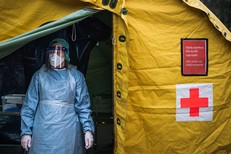 Medicinska sestra izlazi iz privremeno postavljenog šatora za testiranje na virus COVID-19 u Stokholmu (Foto: Jonathan Nackstrand/AFP)