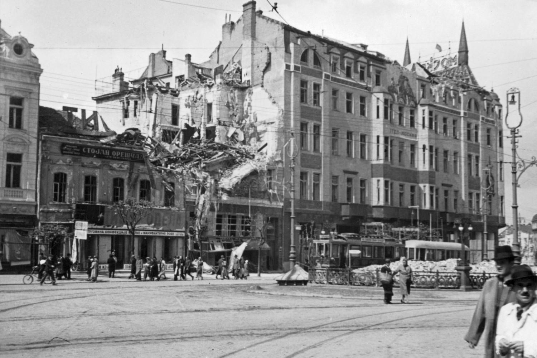 Грађани пролазе Теразијама у близини погођеног хотела Москва током немачке окупације, 1941. (Фото: FORTEPAN/Martin Djemil)