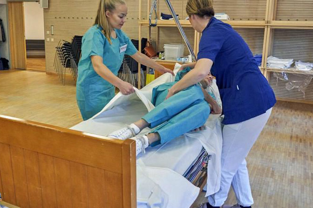 Medicinske sestre u Švedskoj pružaju pomoć starijoj pacijentkinji (Foto: euronews.com)