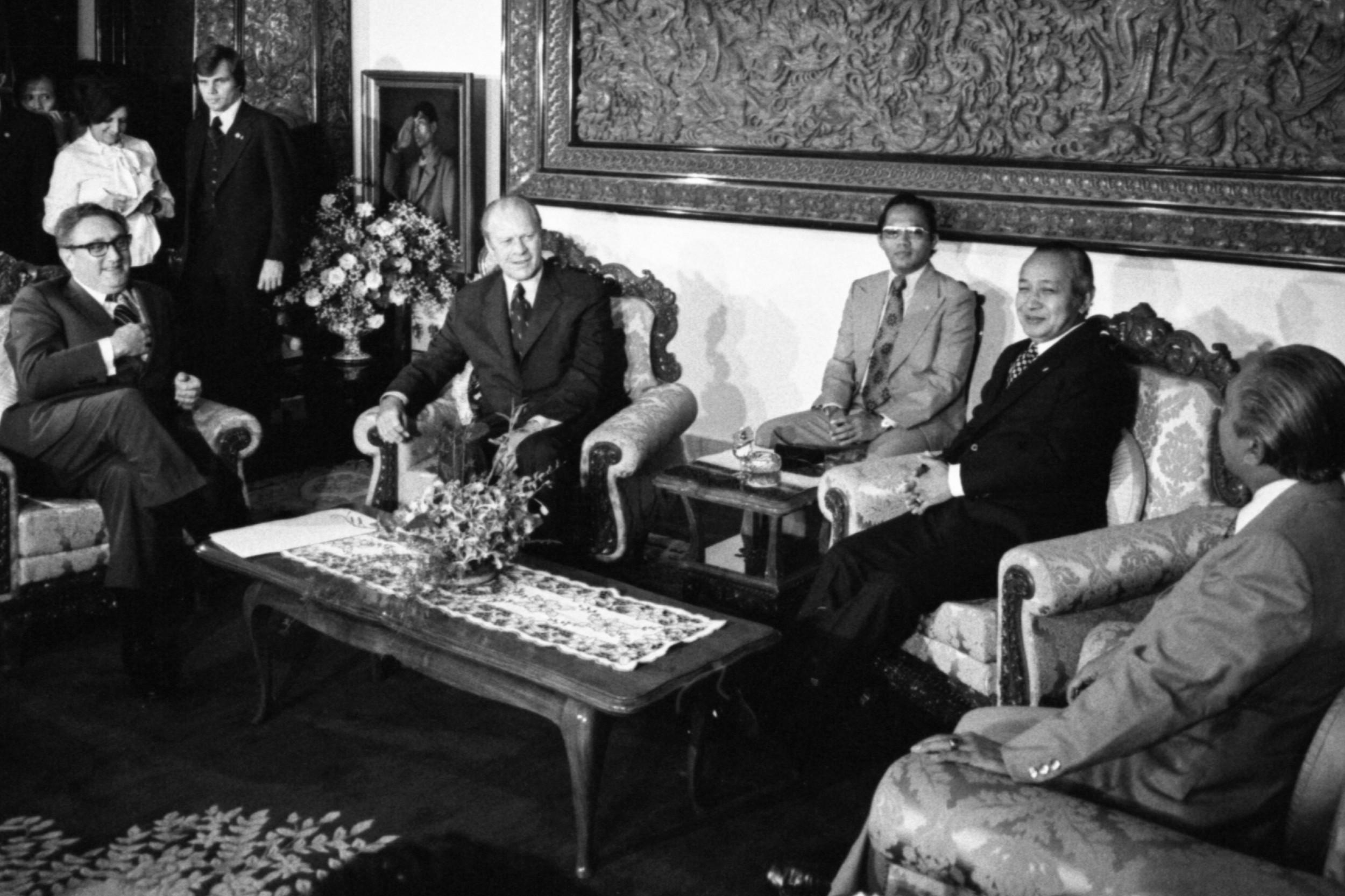 Хенри Кисинџер и Џералд Форд на састанку са Сухартом и Адамом Маликом, Џакарта, 06. децембар 1975. (Фото: David H. Kennerly/Wikimedia)