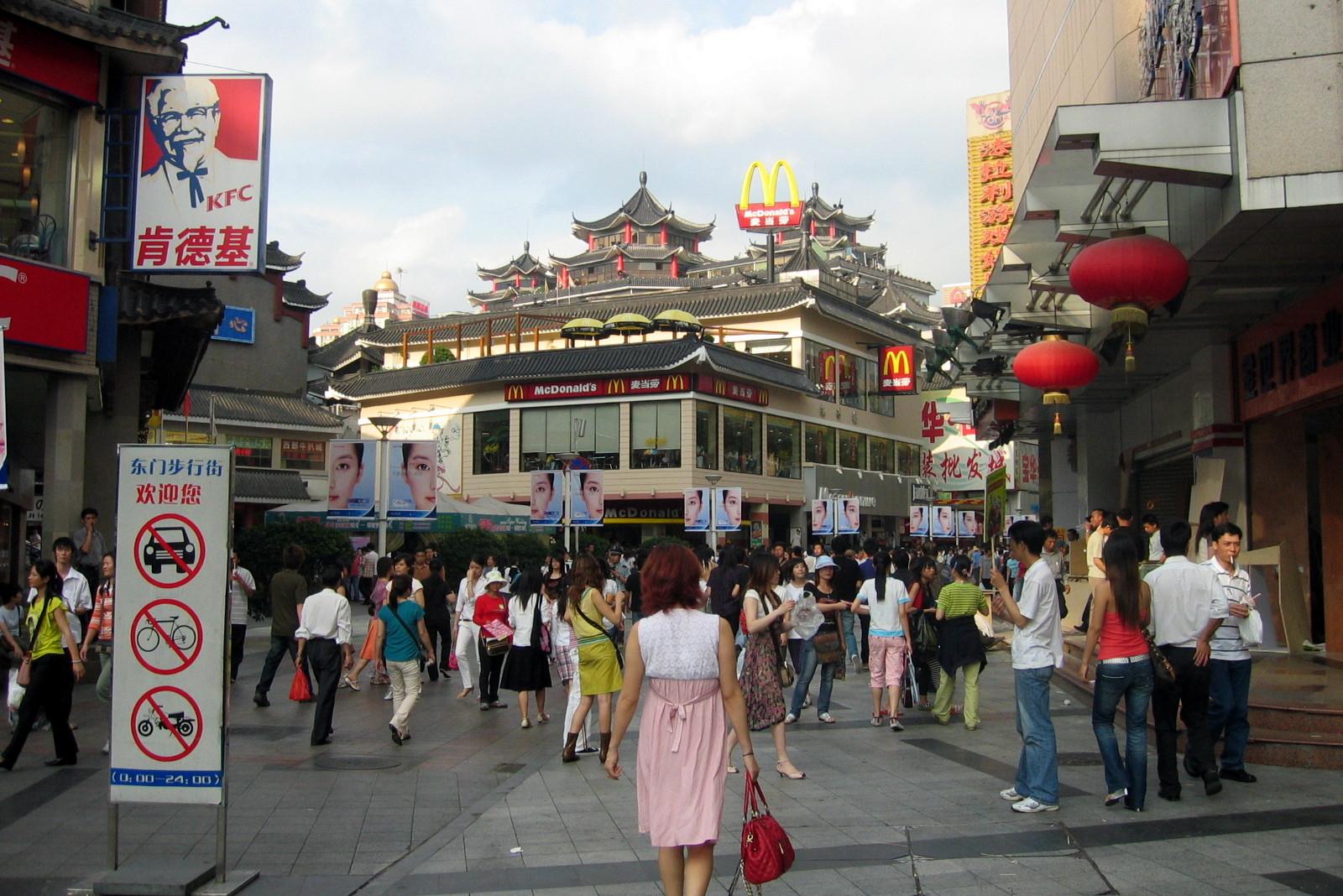 Građani šetaju pešačkom zonom u Šenženu (Foto: Wikimedia)