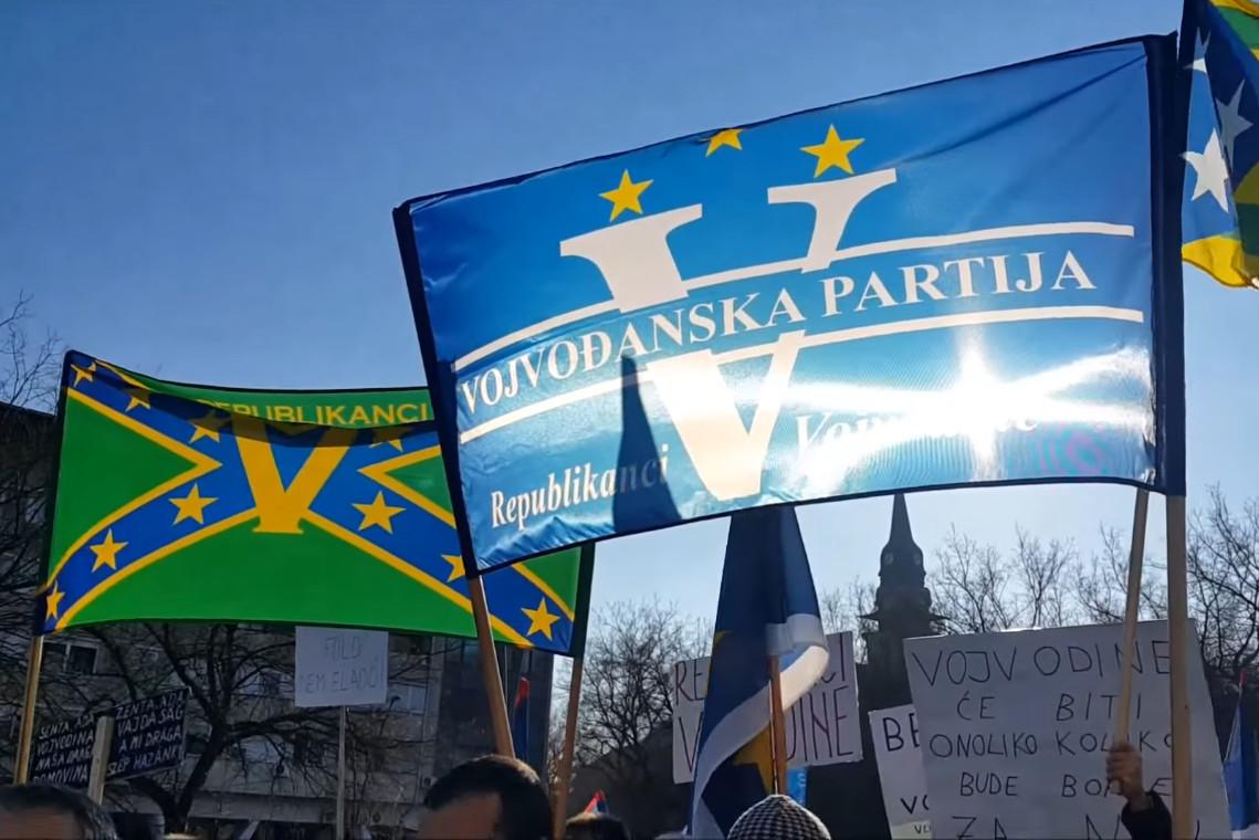 Заставе и слогани Војвођанске партије током протестне шетње у Суботици, 28. новембар 2015. (Фото: Снимак екрана/Јутјуб)